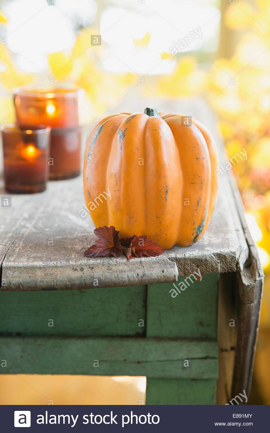 Décoration de citrouilles avec des bougies sur table en bois rustique Photo Stock