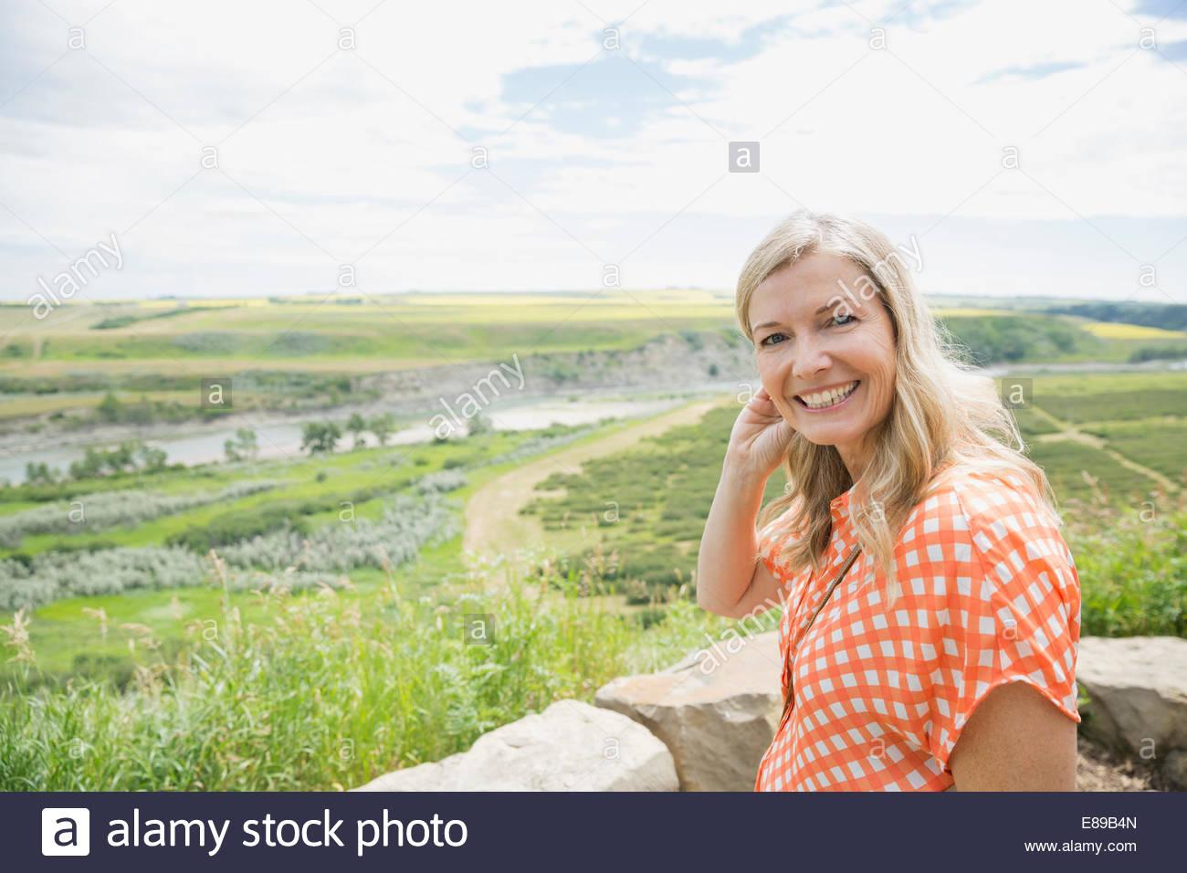 Portrait de jeune femme en campagne en arrière-plan Photo Stock