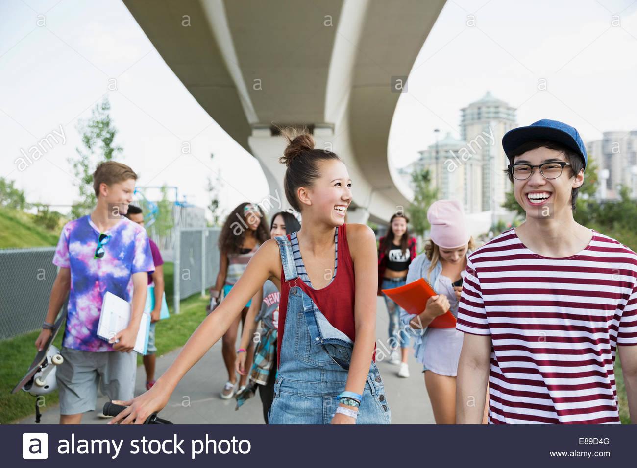 Balades adolescents rire Photo Stock