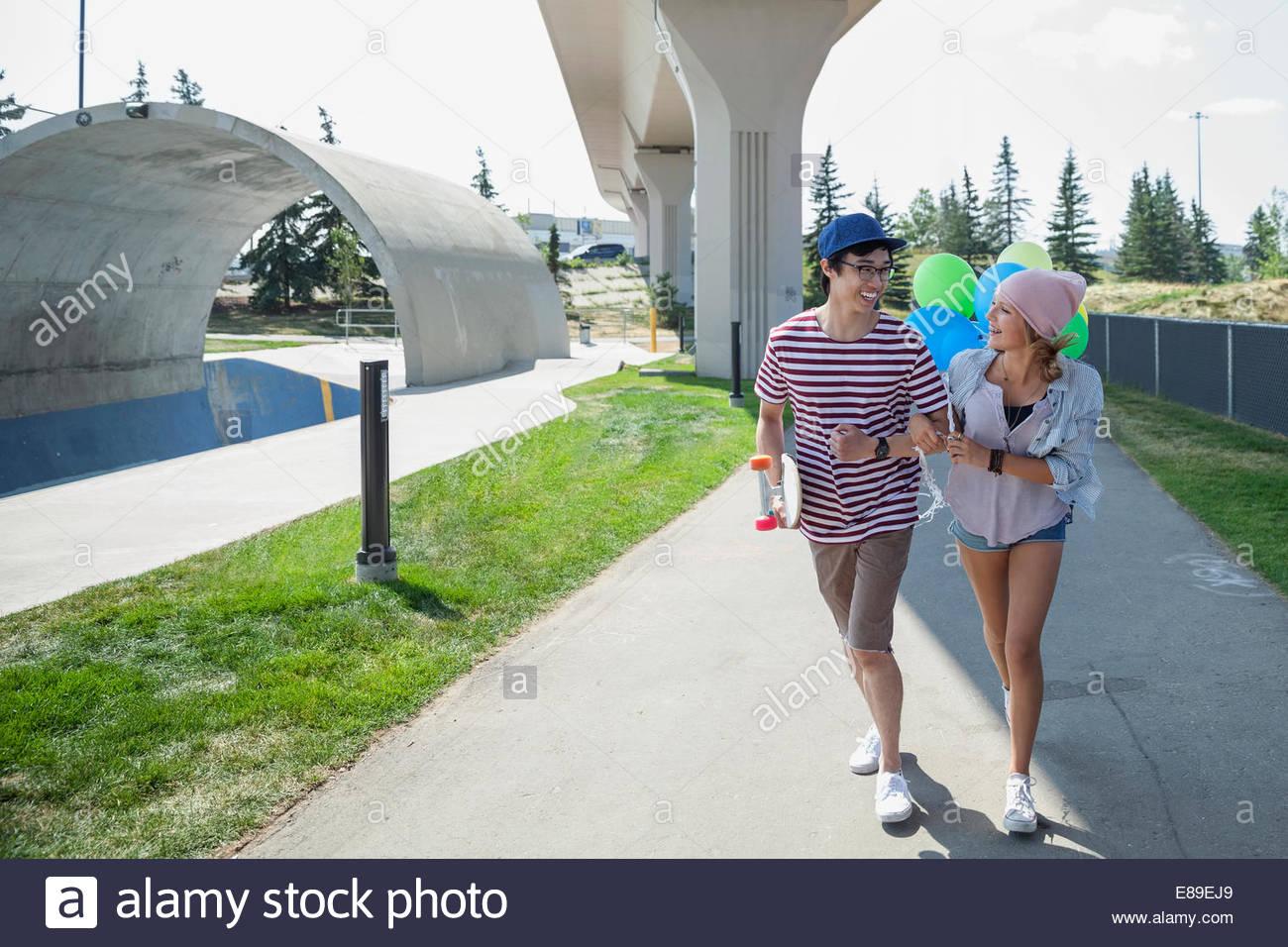 Couple avec des ballons au parc de planche à roulettes Photo Stock