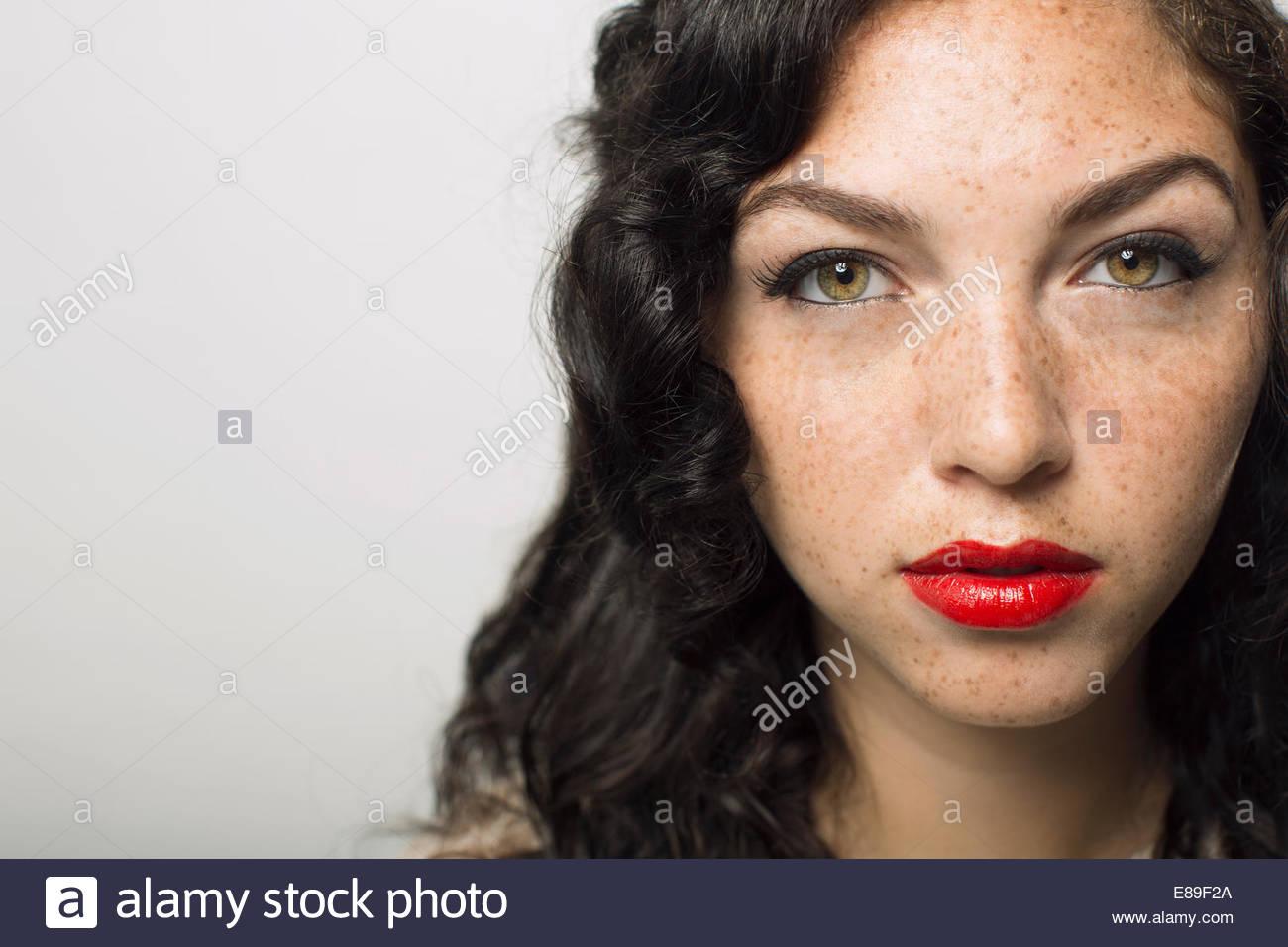 Portrait de femme sérieuse avec rousseur Photo Stock