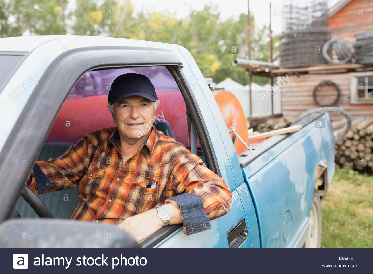 Portrait of farmer à l'intérieur de camion Photo Stock