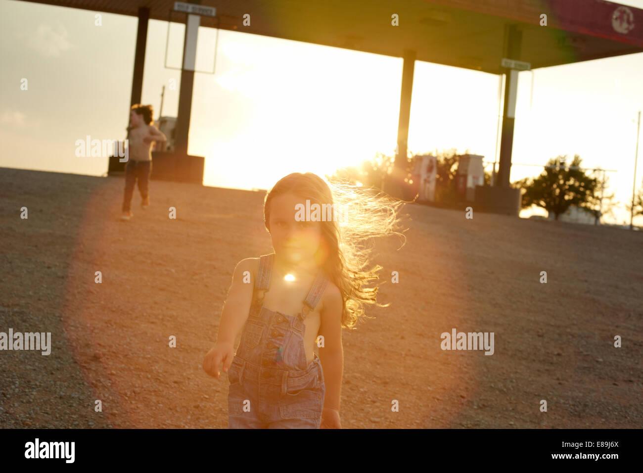 Enfants à la station d'essence au coucher du soleil Banque D'Images