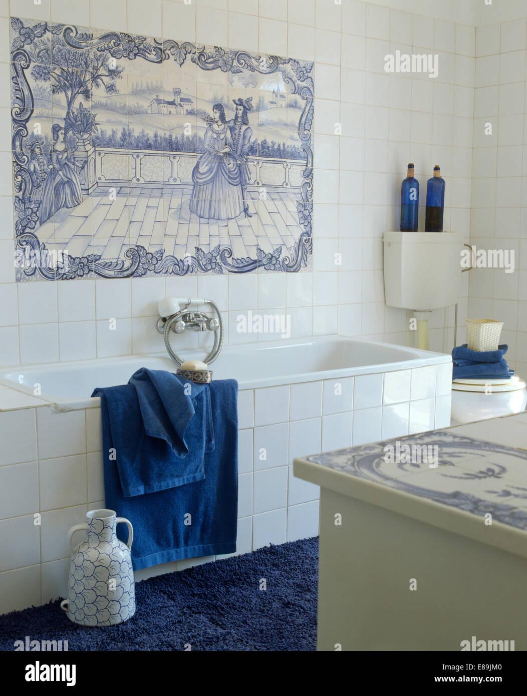 Salle de bains avec côtières carrelage blanc +bleu fresque sur mur