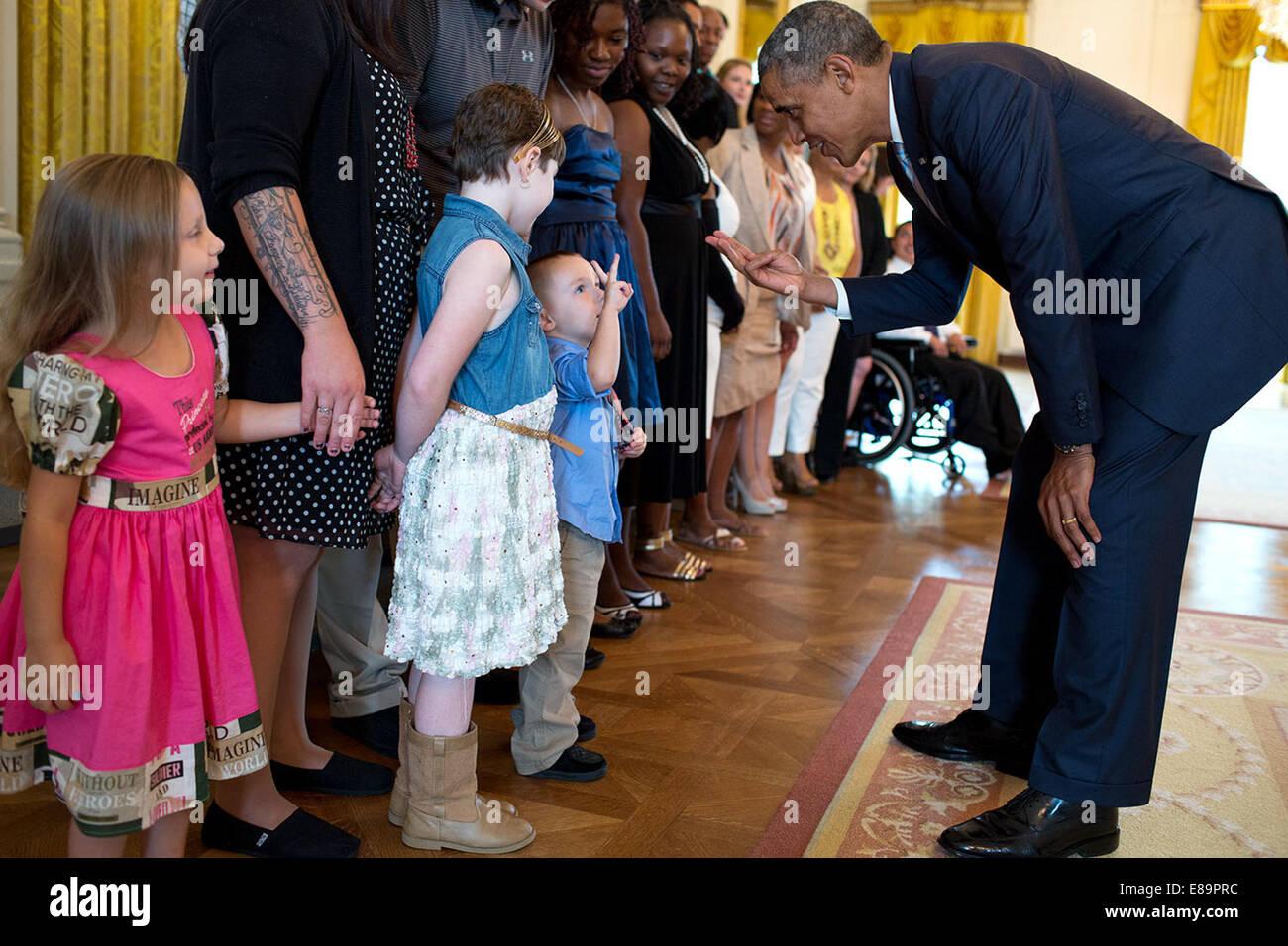 Le président Barack Obama peut contenir jusqu'à trois doigts tout en parlant avec trois ans, Holden Photo Stock