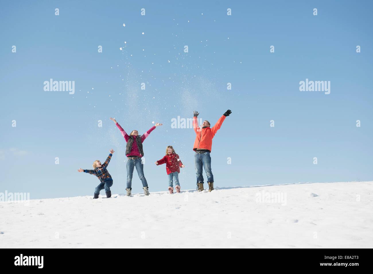 Famille jouant avec la neige en hiver, Bavière, Allemagne Photo Stock