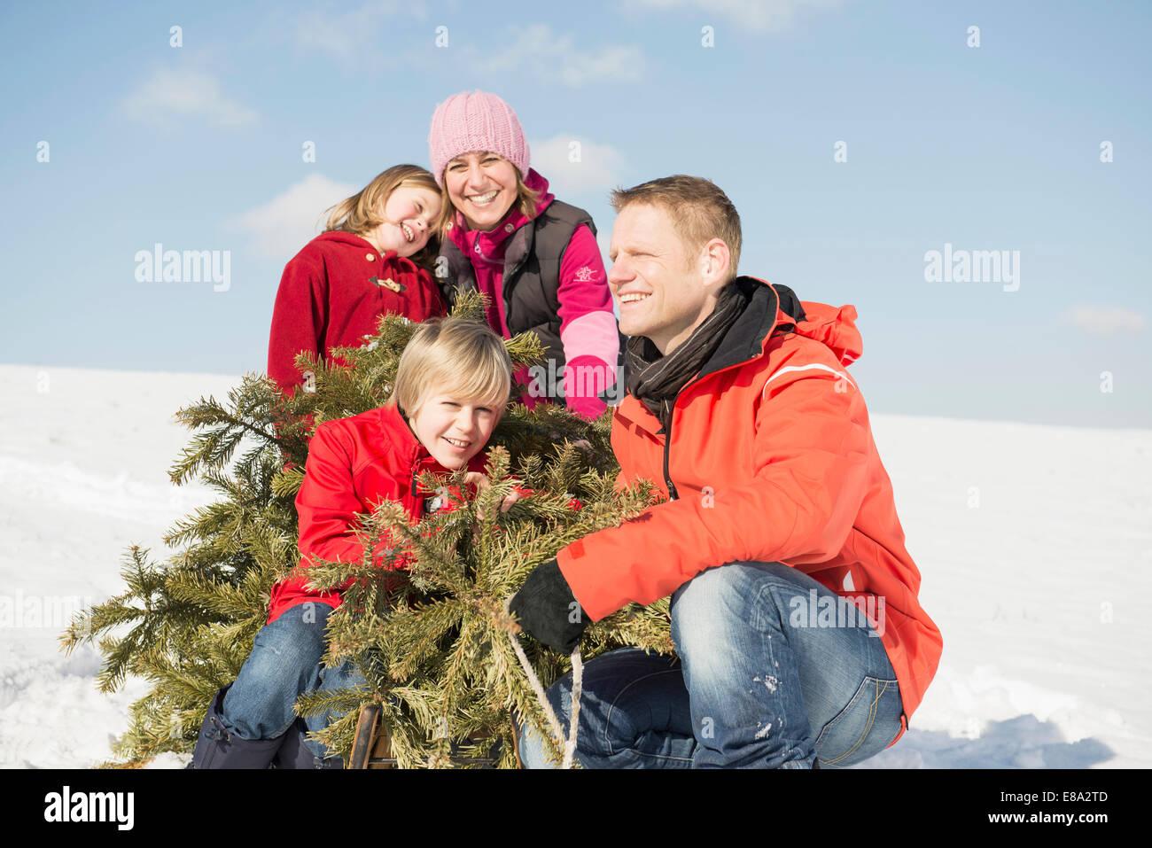 Séance familiale avec des branches en hiver, smiling, Bavière, Allemagne Photo Stock