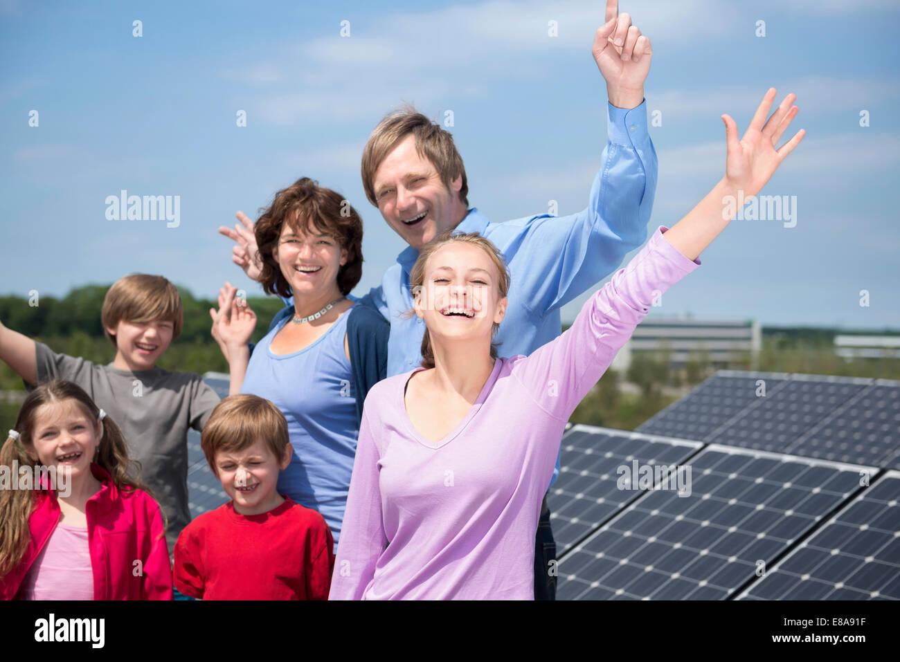 Grande famille parents quatre enfants parc d'énergie solaire Photo Stock