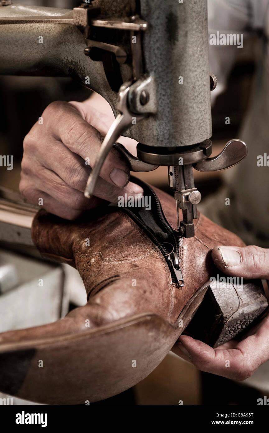 Cordonnier travaillant en atelier, close-up Photo Stock