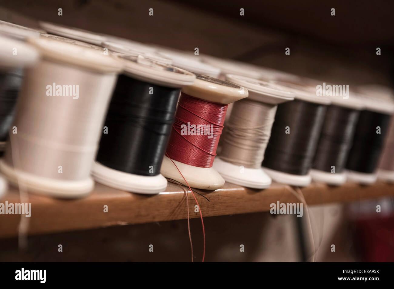 Variété de bobines de fils dans une boutique du cordonnier Photo Stock