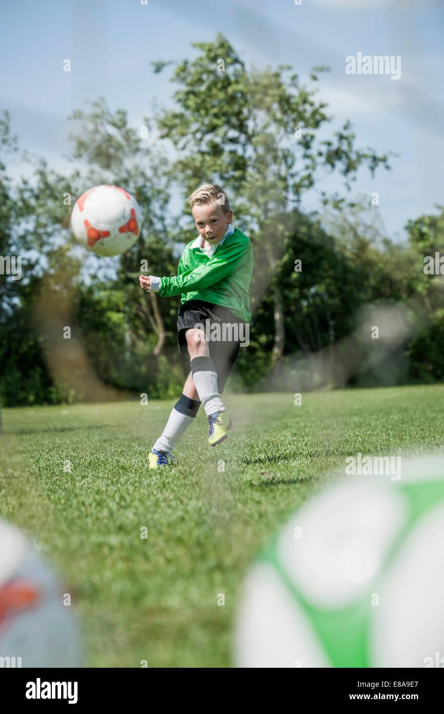 Jeune joueur de soccer junior masculin pratiquant de mort Photo Stock