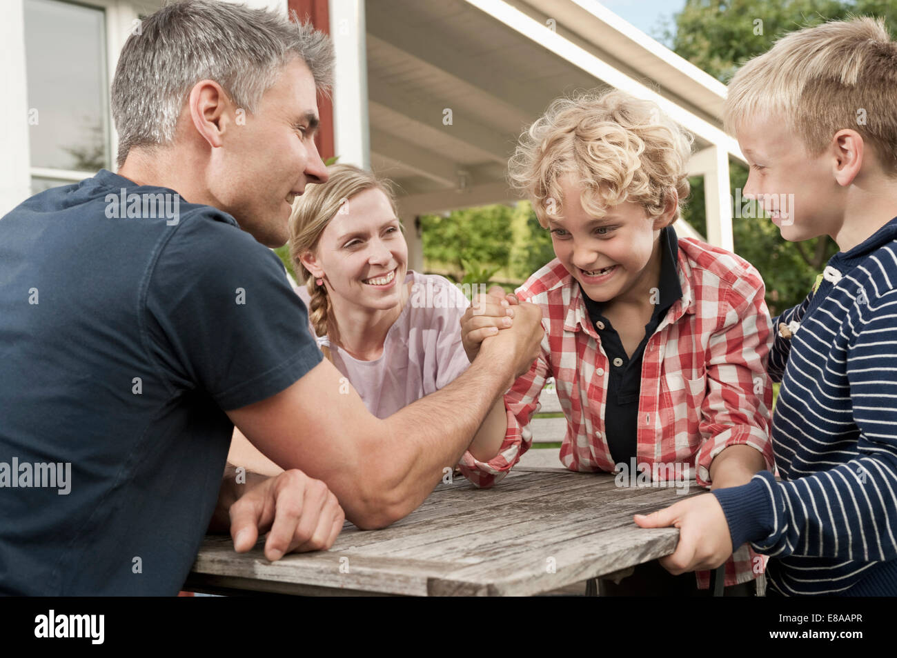 Famille mère père kids boy Arm wrestling Photo Stock