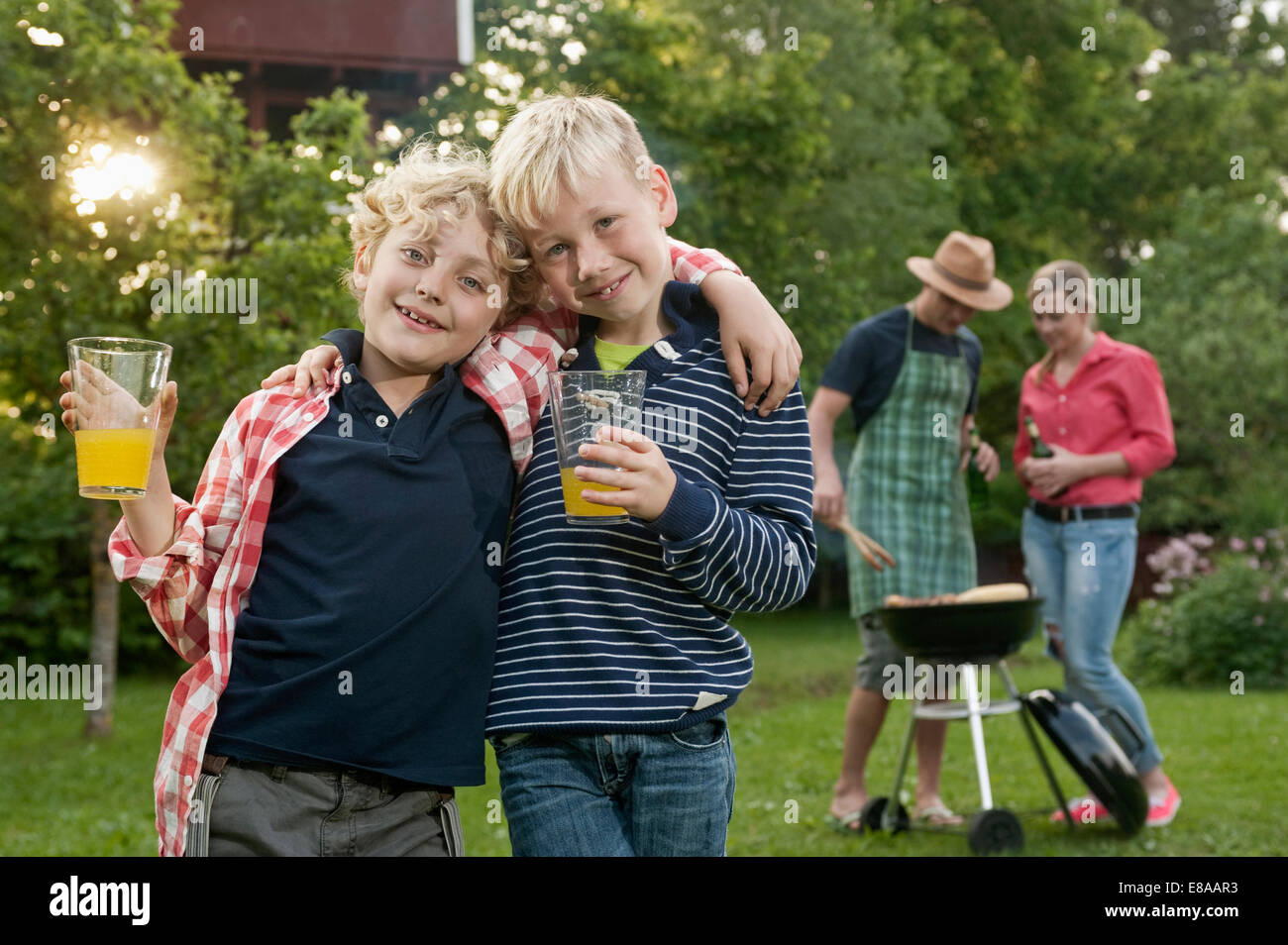 Barbecue familial parents amis garçons jardin Photo Stock