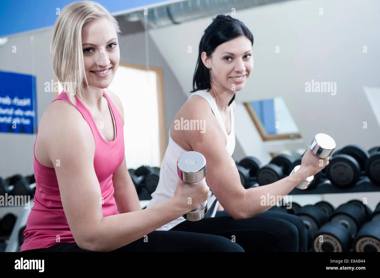 Deux femmes en sport faire la formation de poids Photo Stock