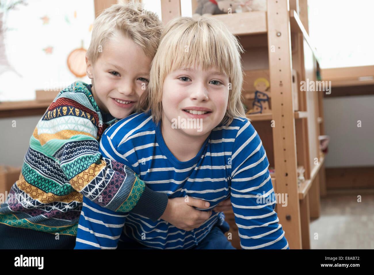 Deux frères côte à côte Photo Stock