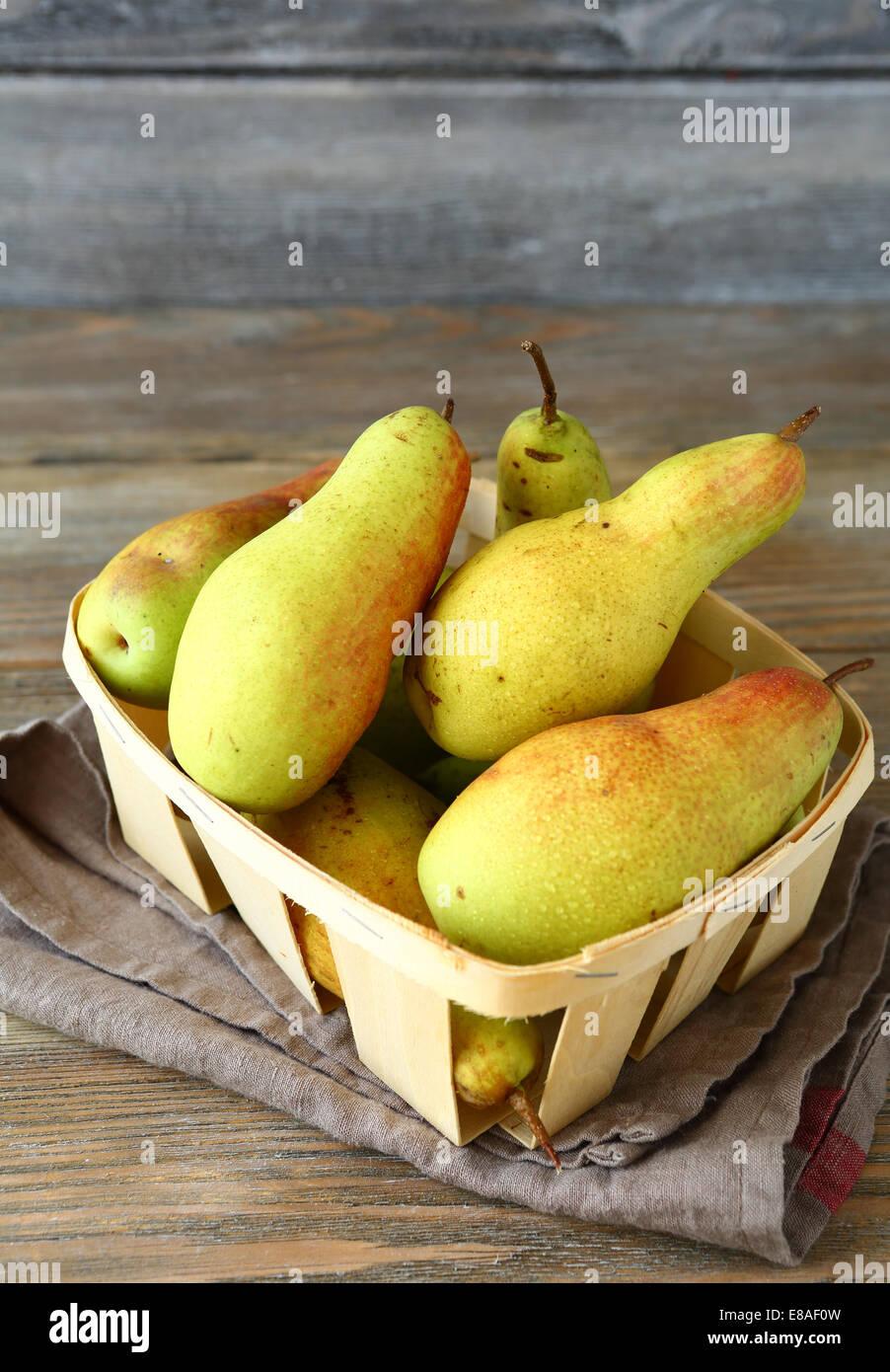 Les poires dans un tiroir sur serviette, fruits Photo Stock