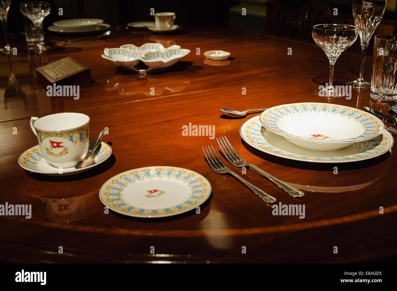 Table à manger, couverts et vaisselle qui aurait dû être dans la salle à manger privée Photo Stock