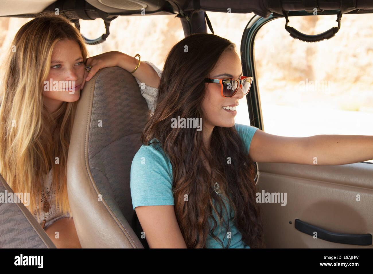 Deux jeunes femmes qui voyagent en voiture Photo Stock