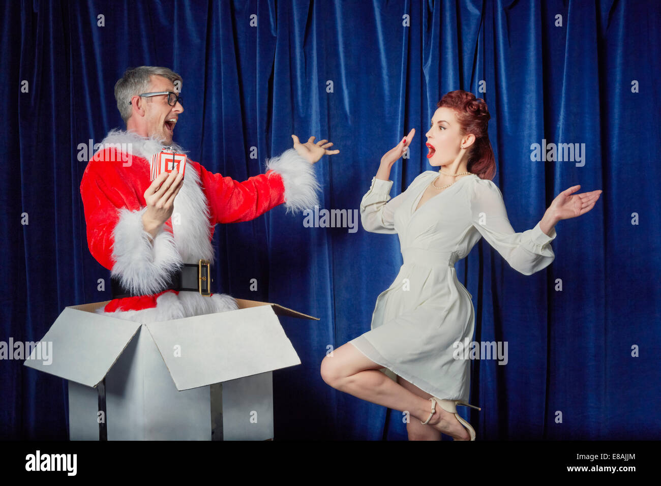 Femme avec Santa surprenant cadeau de Noël Photo Stock