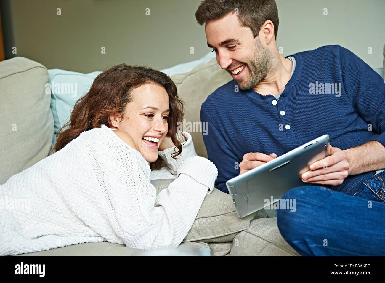 Couple refroidissement sur canapé Photo Stock