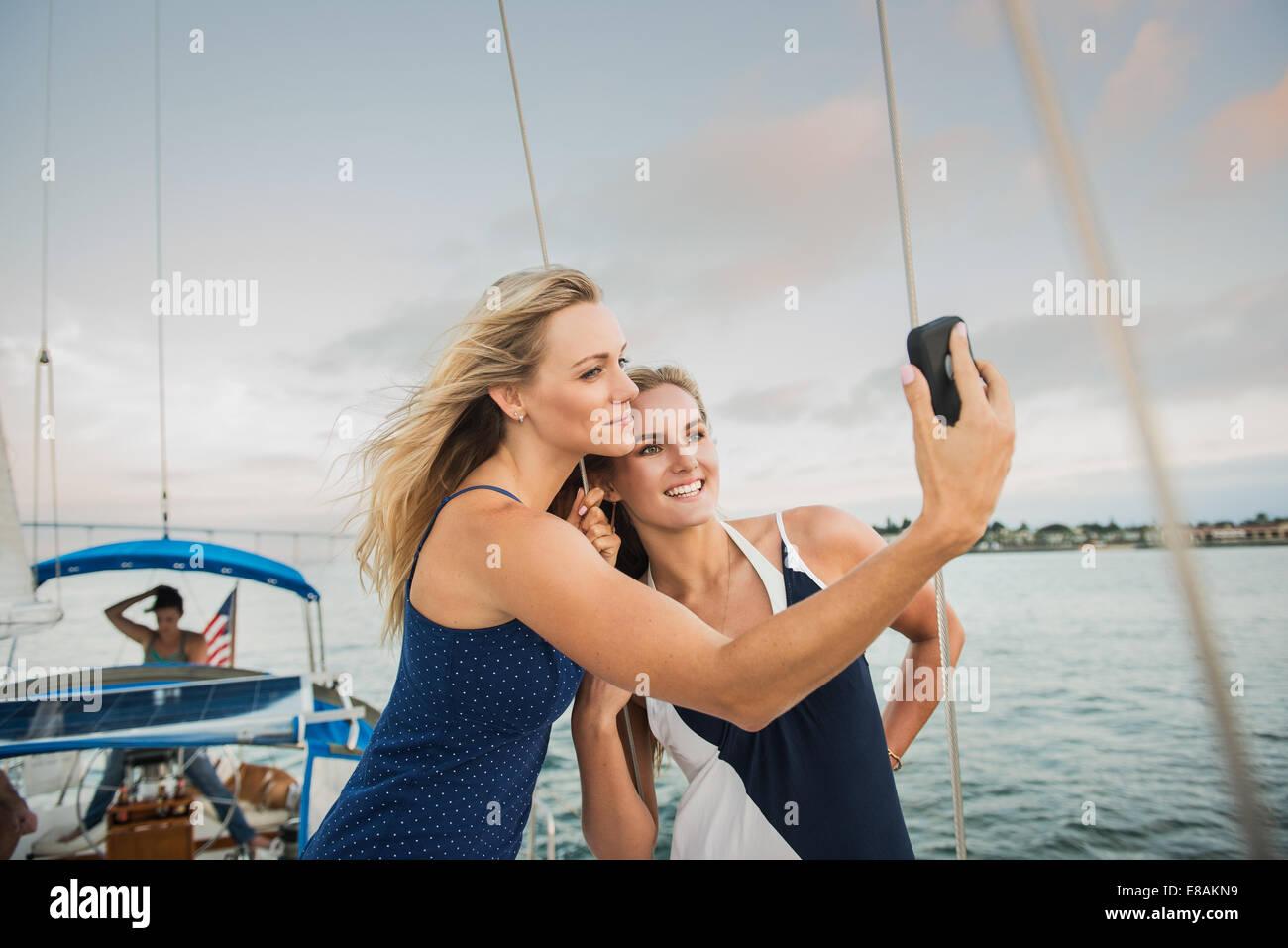 Les amis de photographier eux-mêmes sur bateau à voile Photo Stock