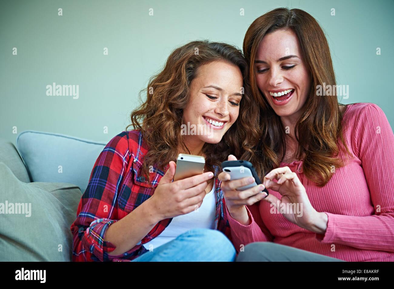 À l'aide d'amis et de réseautage sur l'ensemble de téléphone cellulaire Photo Stock