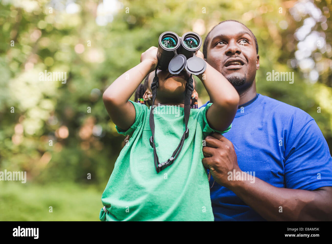Jeune père et fille l'observation des oiseaux en eco forest camp Photo Stock