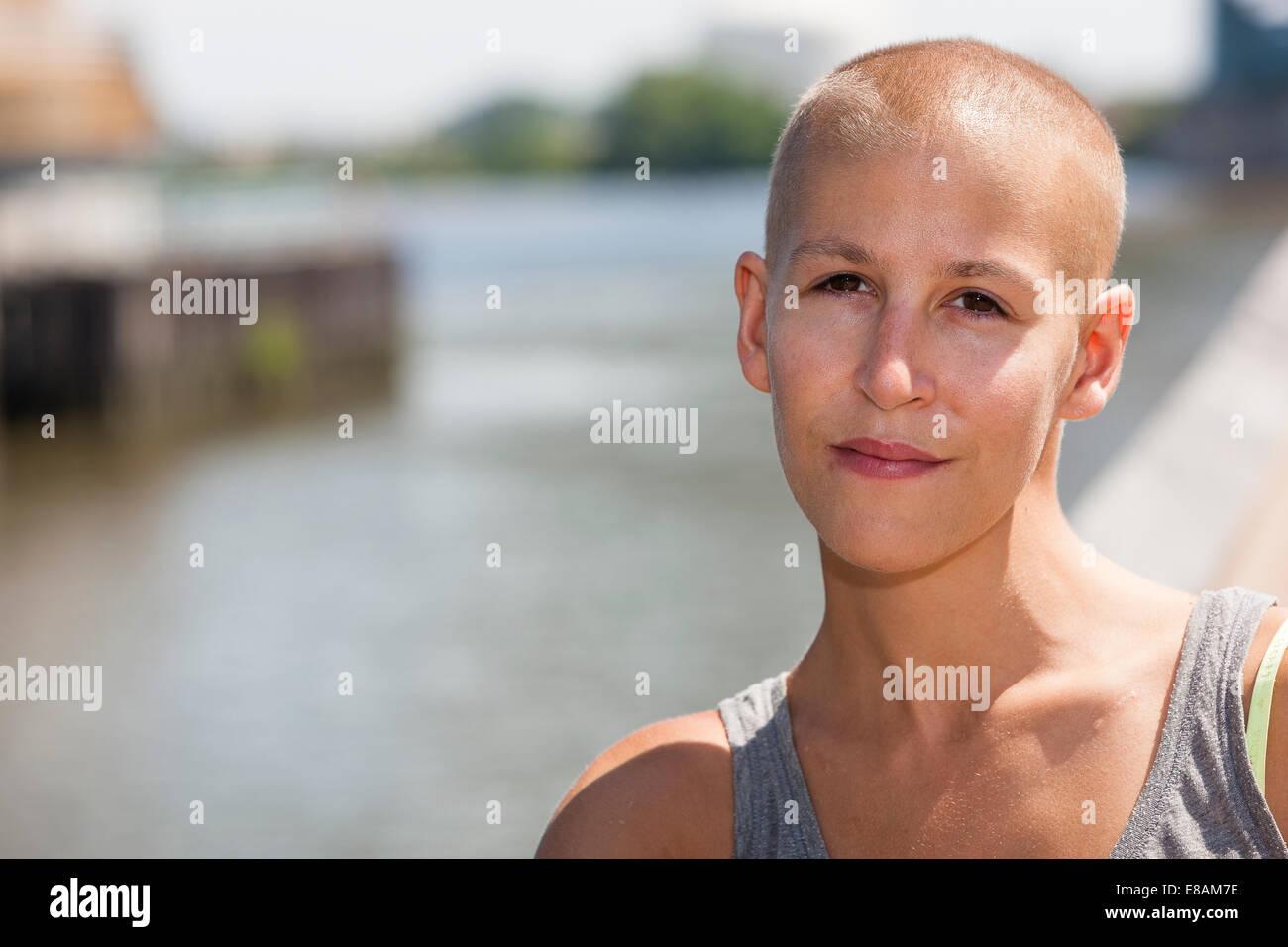 Portrait de jeune femme calme et survivant du cancer Photo Stock