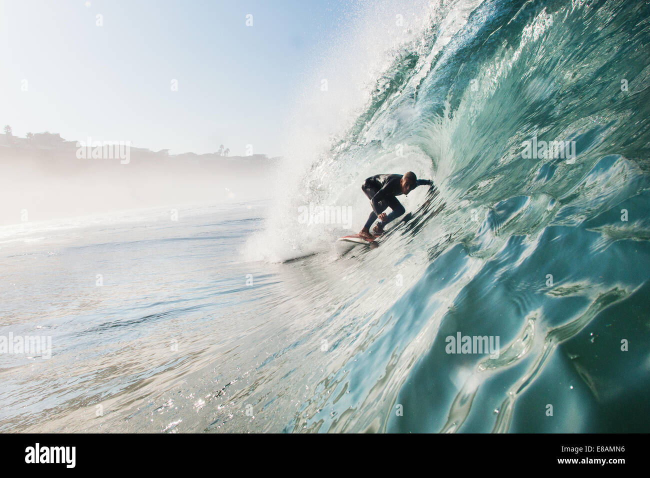 Mid adult man surf vague en rouleau, Leucadia, California, USA Photo Stock