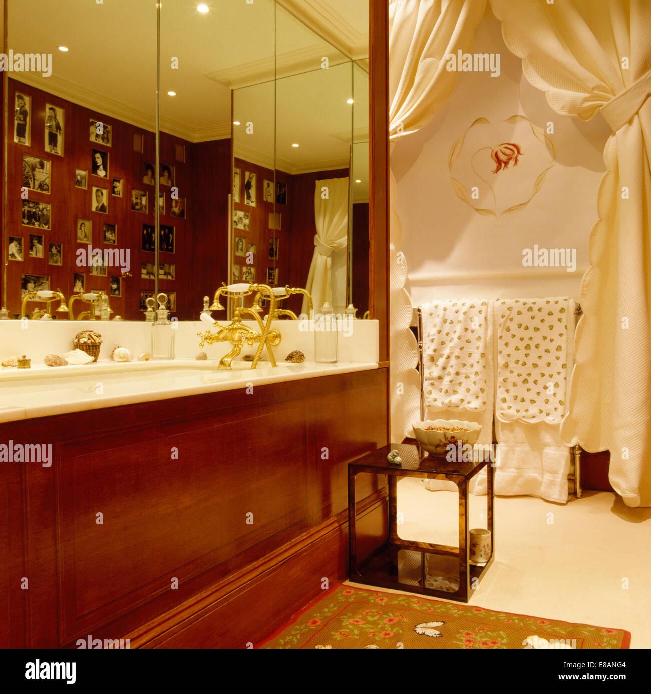 Meuble Salle De Bain Oakland ~ Miroir Mural Au Dessus Du Panneau En Bois Poli Avec Baignoire Dans