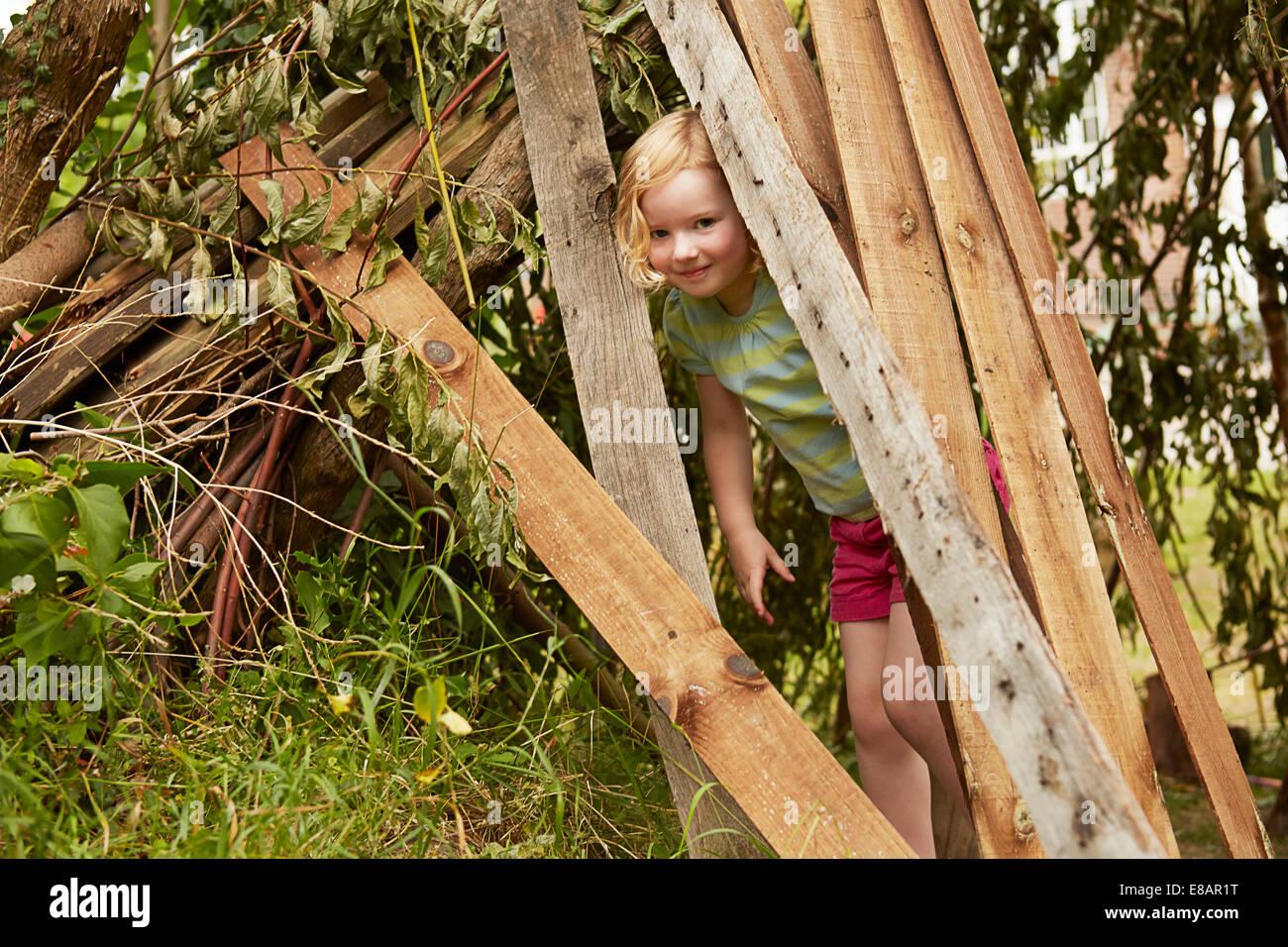 Portrait de jeune fille se cachant dans jardin den Photo Stock