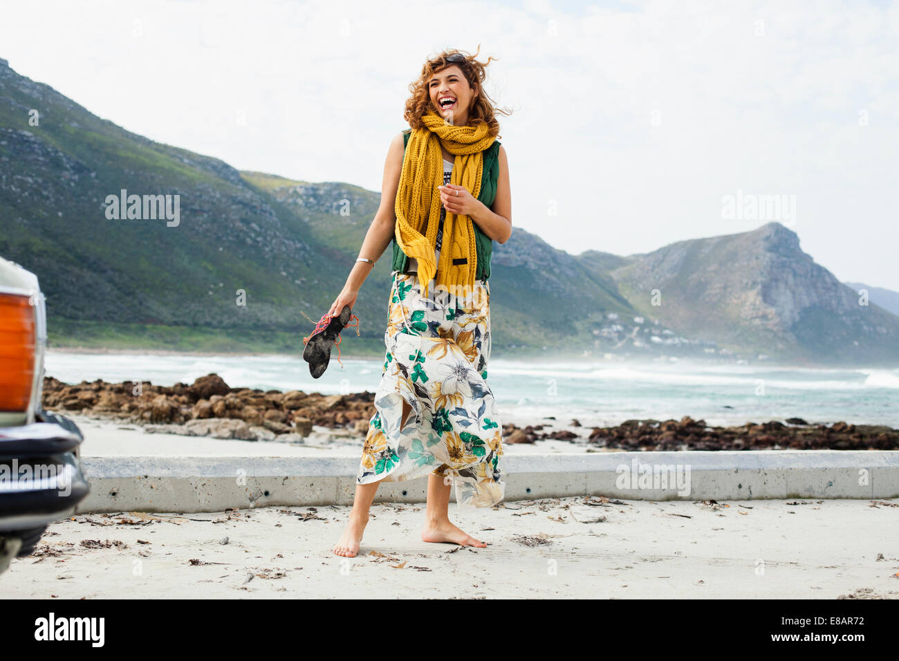 Young woman laughing on Beach, Cape Town, Western Cape, Afrique du Sud Photo Stock