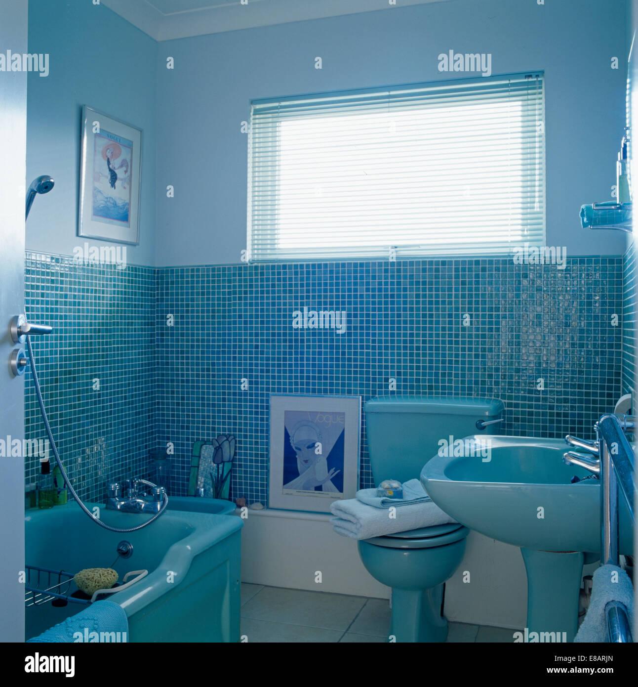 Salle de bains carrelée de mosaïque bleu bleu avec baignoire, lavabo ...