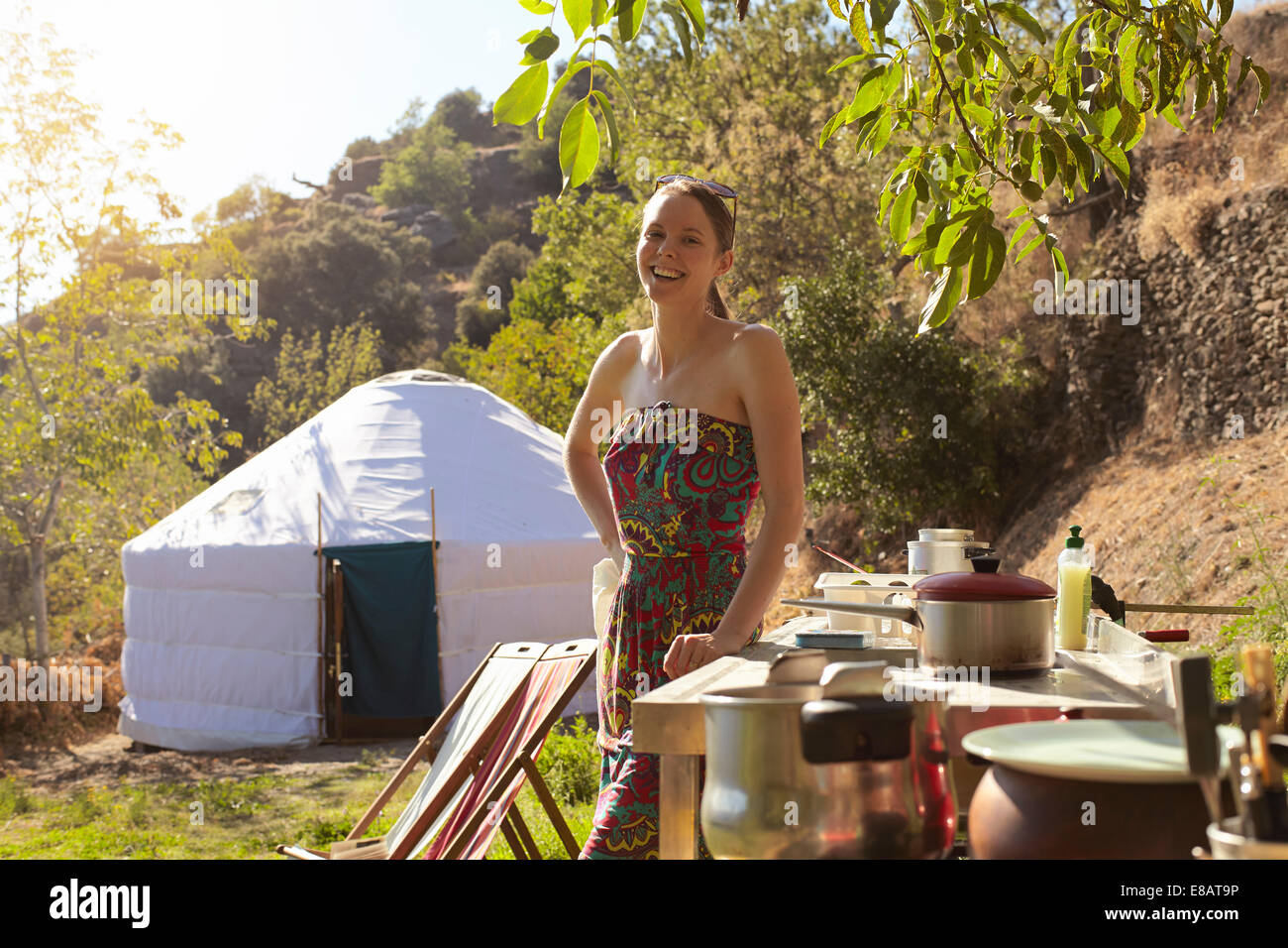 Jeune femme la préparation de denrées alimentaires tout en glamping, la Sierra Nevada, Andalousie, Espagne Photo Stock