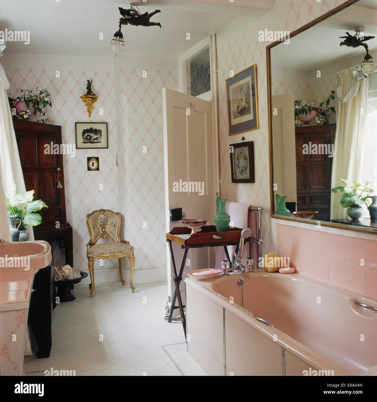 Grand miroir au-dessus de baignoire rose pâle en pays salle ...