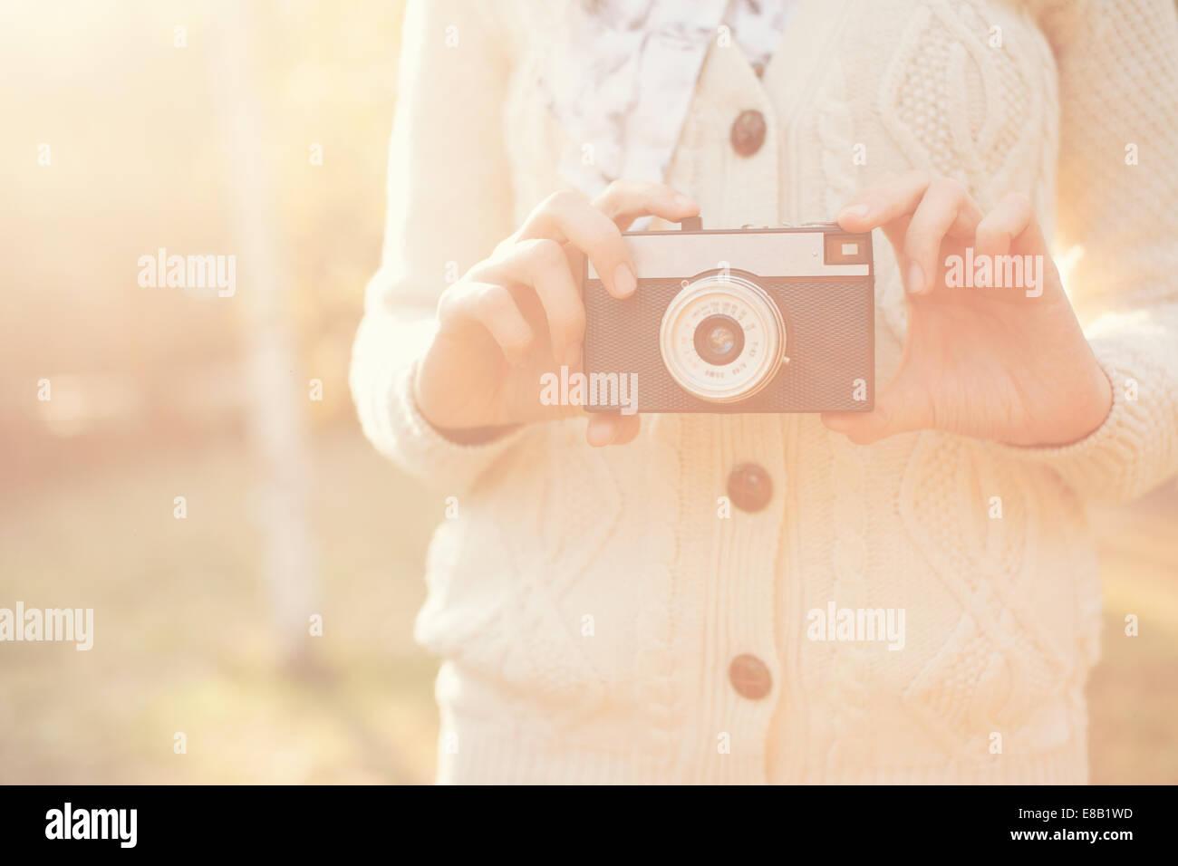 Hipster girl holding un film en plein air de l'appareil photo Photo Stock