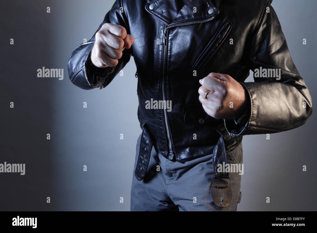 Menaces de violence masculine avec les poings torse illustré Photo Stock