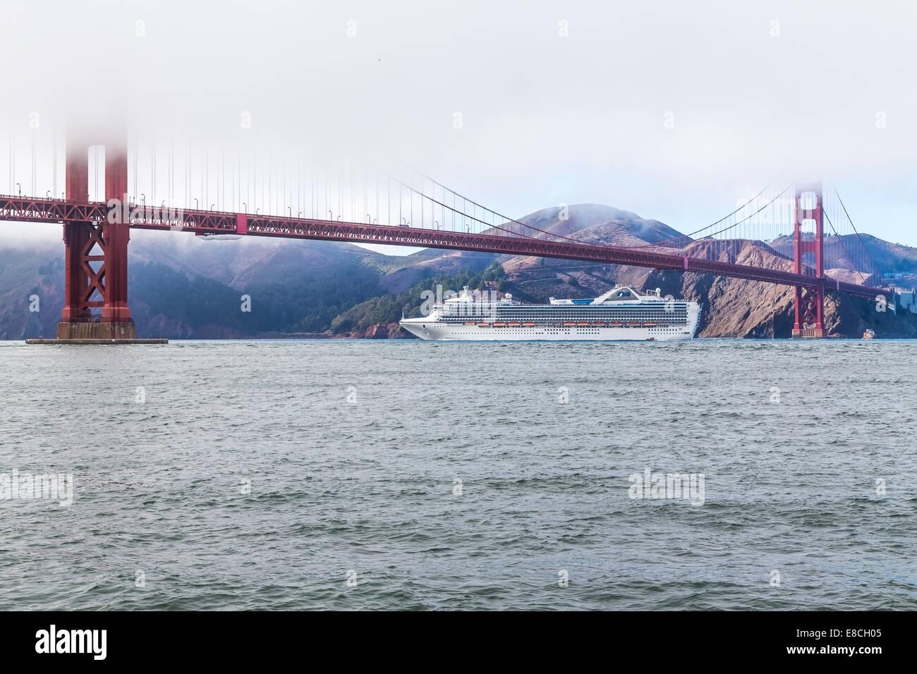 Golden Gate Bridge avec bateau de croisière Banque D'Images