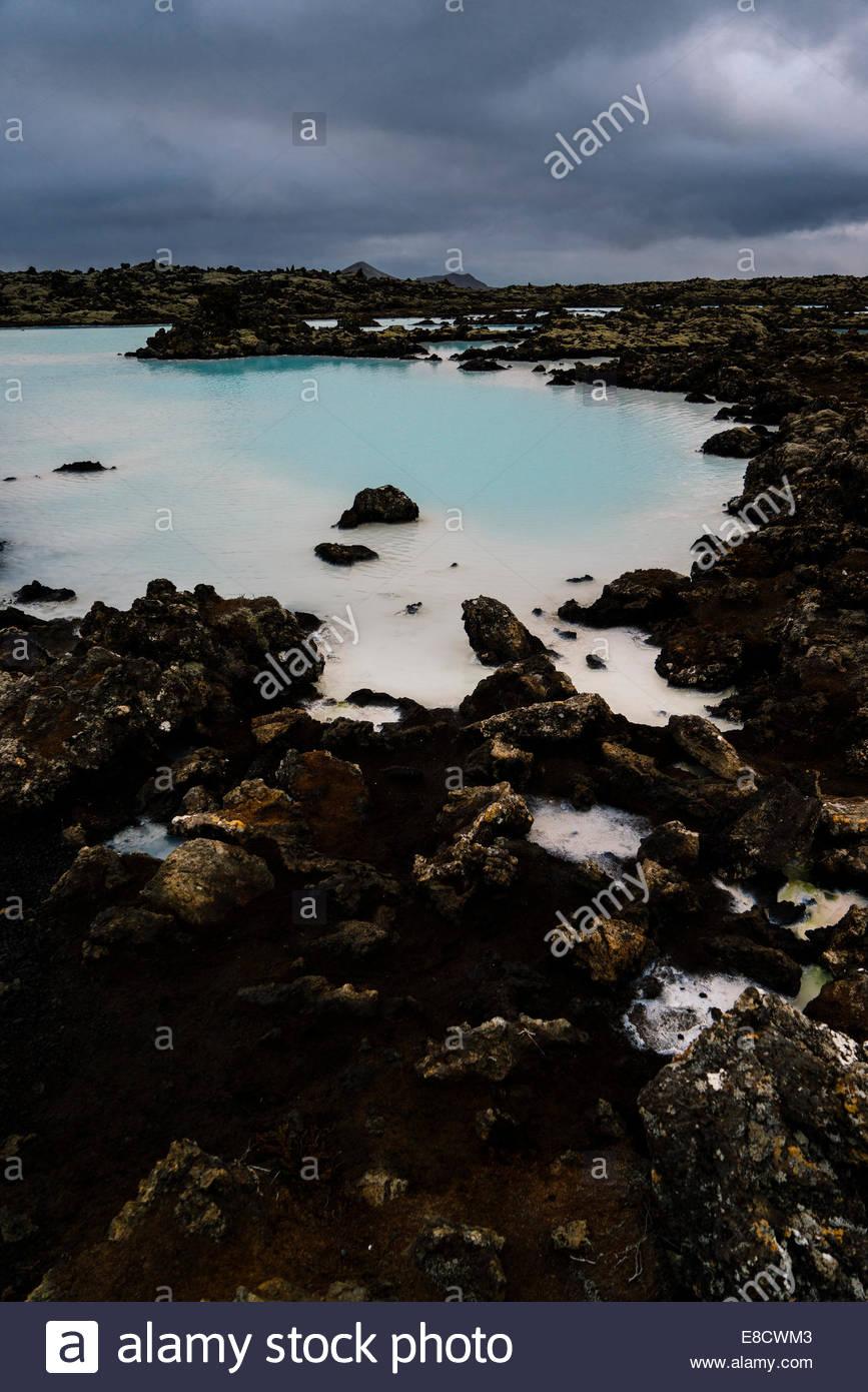 Les eaux chaudes sont riches en minéraux comme la silice et le soufre et baignade dans le lagon bleu est réputé Photo Stock