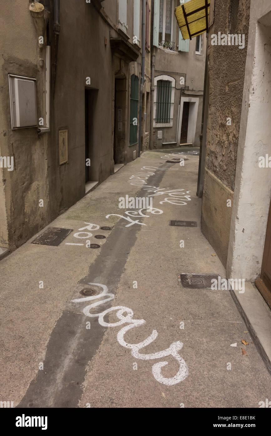 Des poèmes écrits en langue française sur le sol des rues étroites lors des festival de poésie à Lodève Herault Languedoc France Banque D'Images