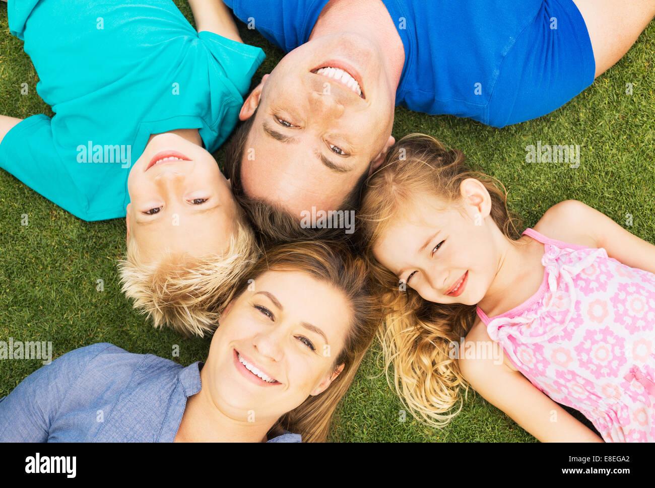 Portrait de famille heureuse de quatre à l'extérieur. Les parents et deux jeunes enfants Photo Stock