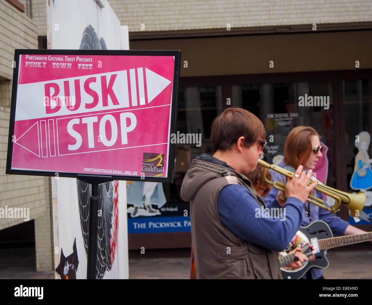 Les amuseurs publics de la rue à un arrêt à Busk Portsmouth Guildhall Square pendant le Festival 2014 Funky Town Banque D'Images