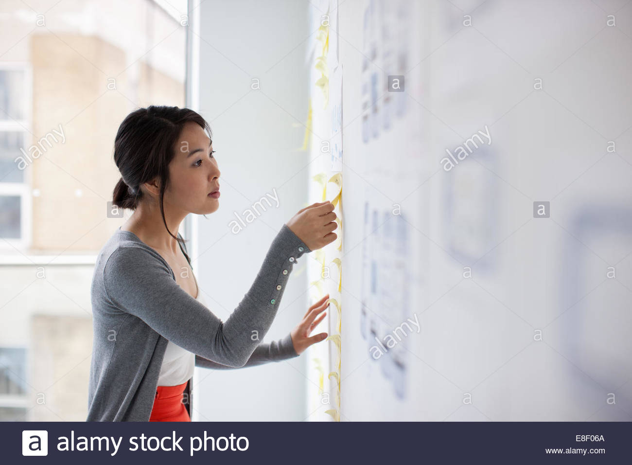 Businesswoman mise images sur tableau blanc Photo Stock
