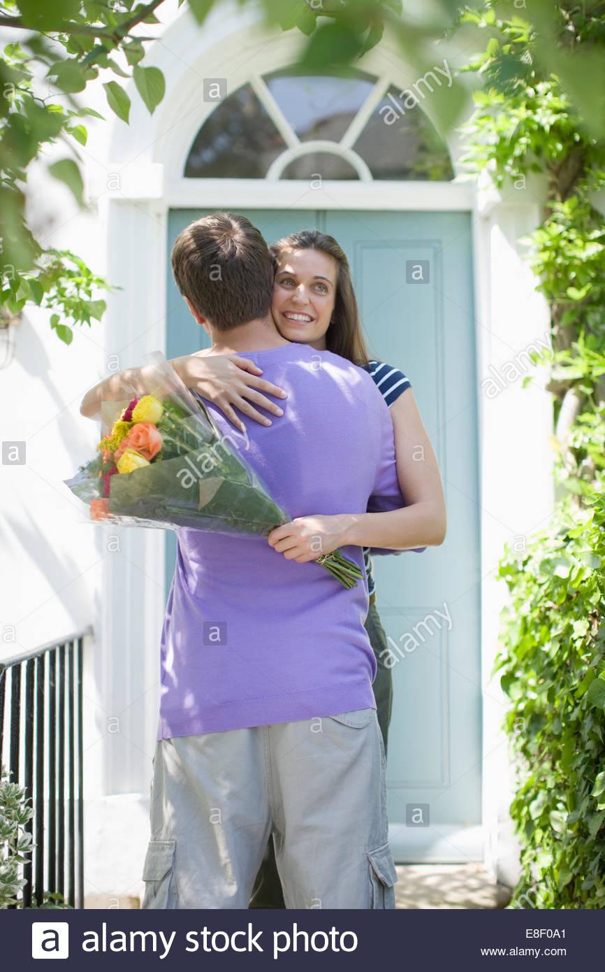 Homme étonnant petite amie avec bouquet de roses Photo Stock