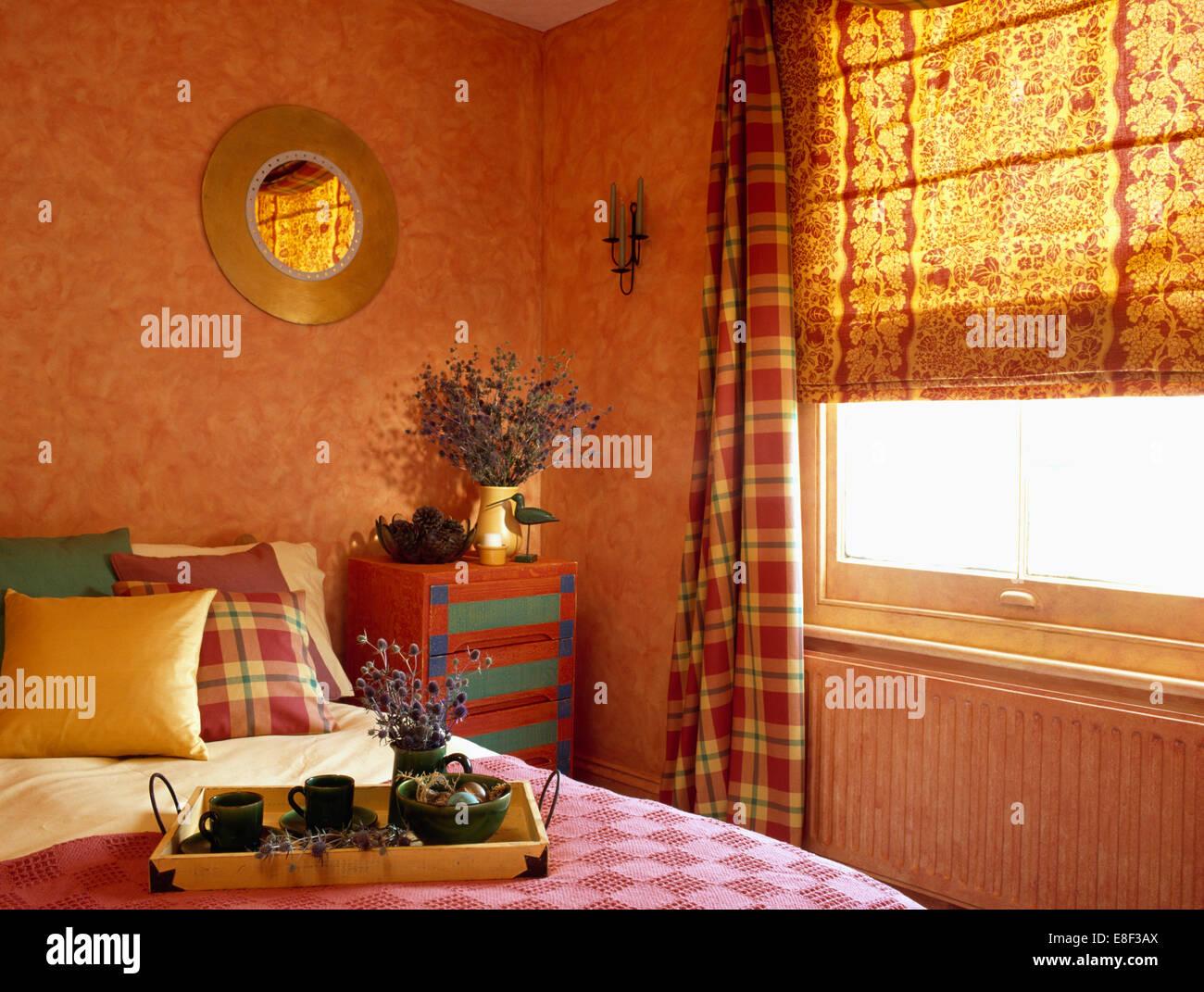 Peinture À L Éponge Sur Mur rideaux à motifs à carreaux et aveugle sur la fenêtre dans