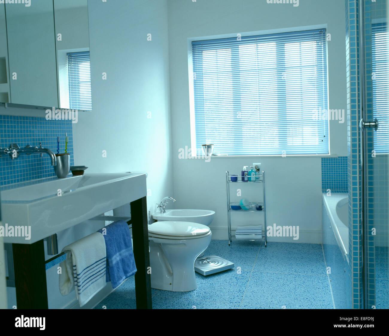 Store vénitien sur fenêtre dans salle de bains blanc moderne avec ...