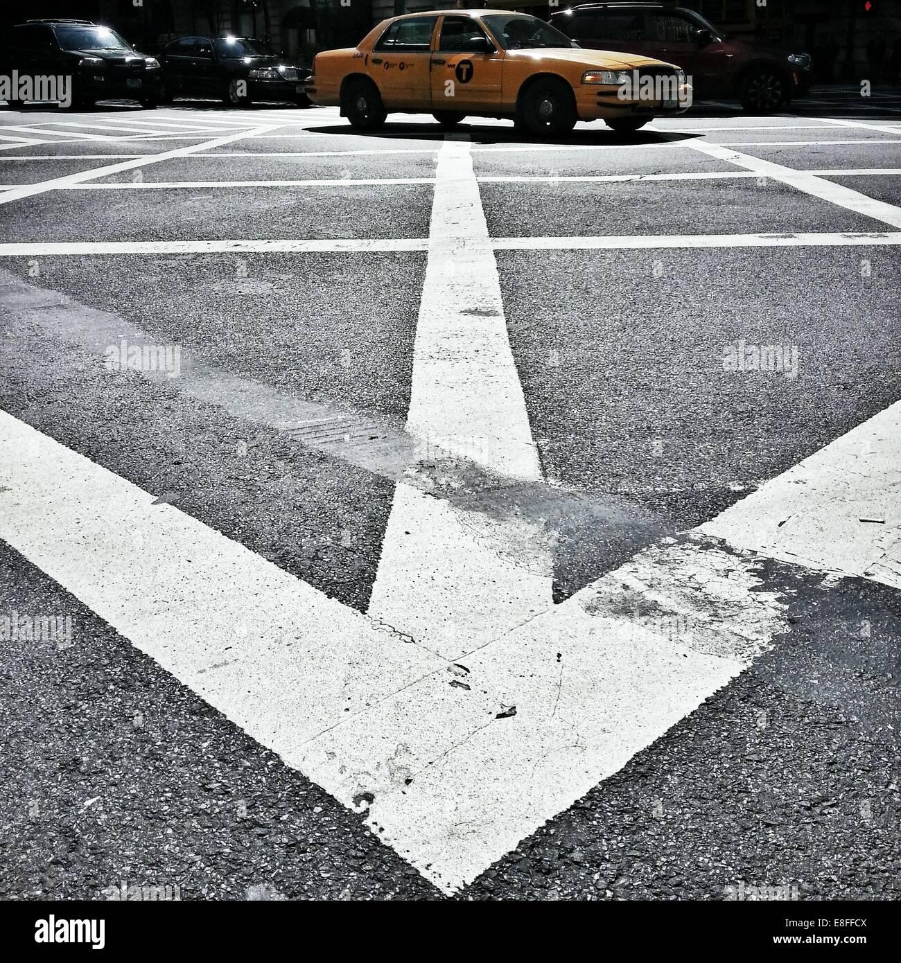 Yellow Cab, la conduite à travers fort junction, Manhattan, New York, Amérique, USA Photo Stock