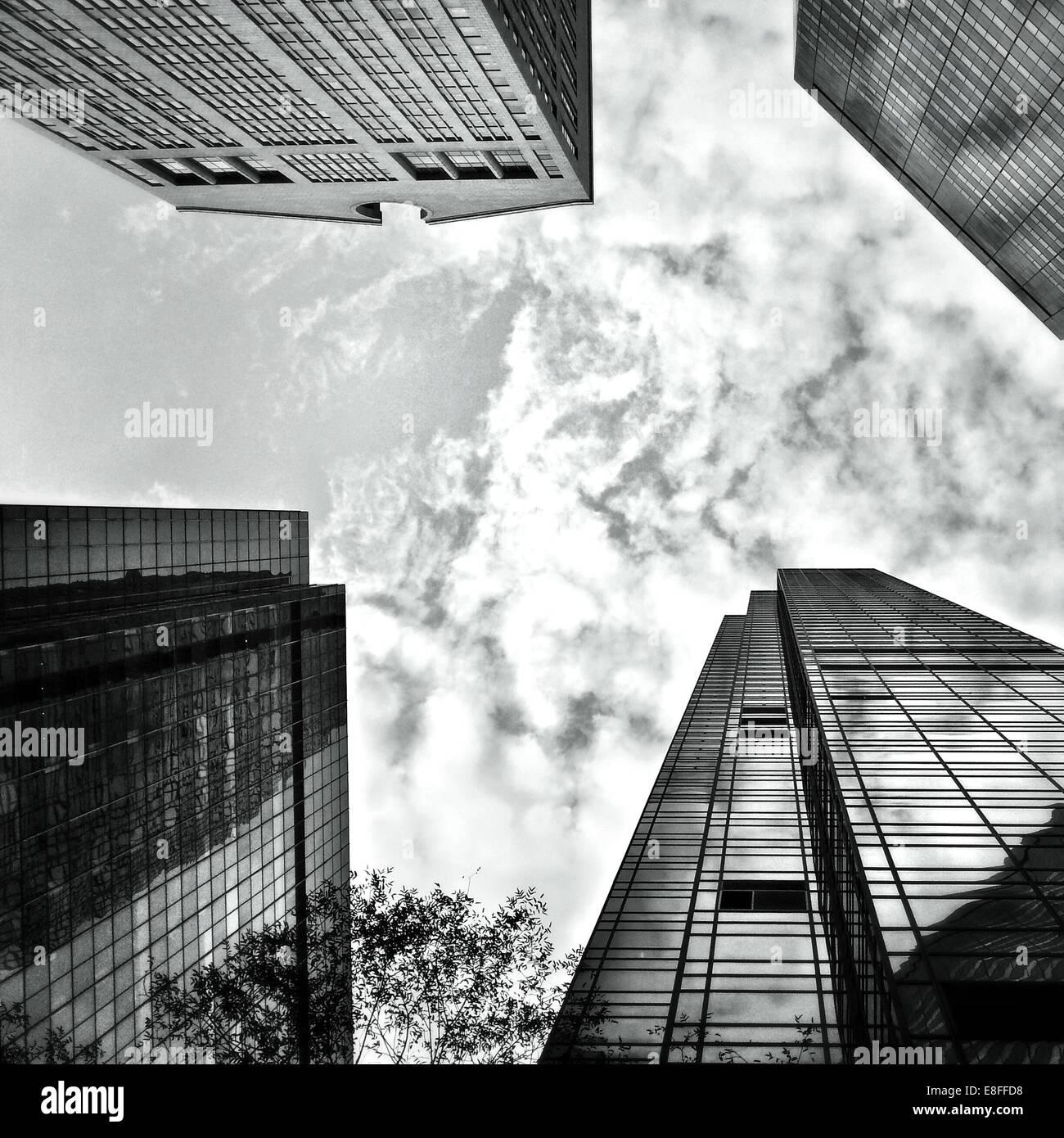 USA, l'État de New York, New York City, à la recherche jusqu'au gratte-ciel du Madison et la Cinquième Photo Stock