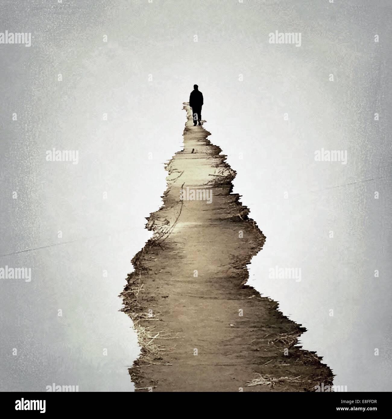 Homme marchant le long d'un sentier Photo Stock