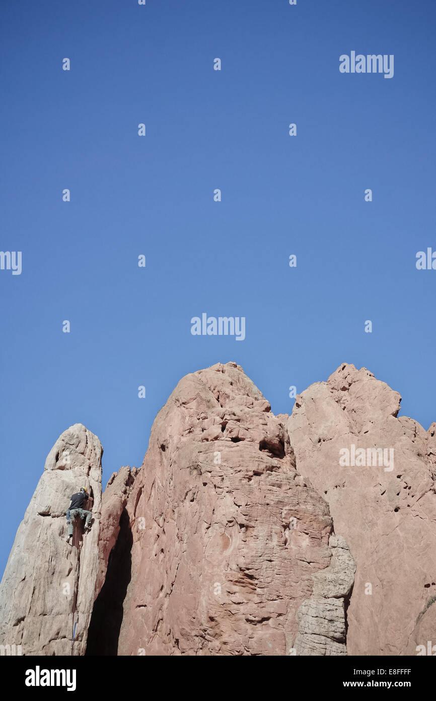 USA, Colorado, El Paso, Colorado Springs, le Jardin des Dieux, Garden Drive, Rock climber climbing spire Banque D'Images